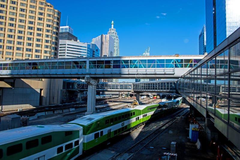 是到达联合驻地在街市多伦多,安大略,加拿大的火车 库存图片