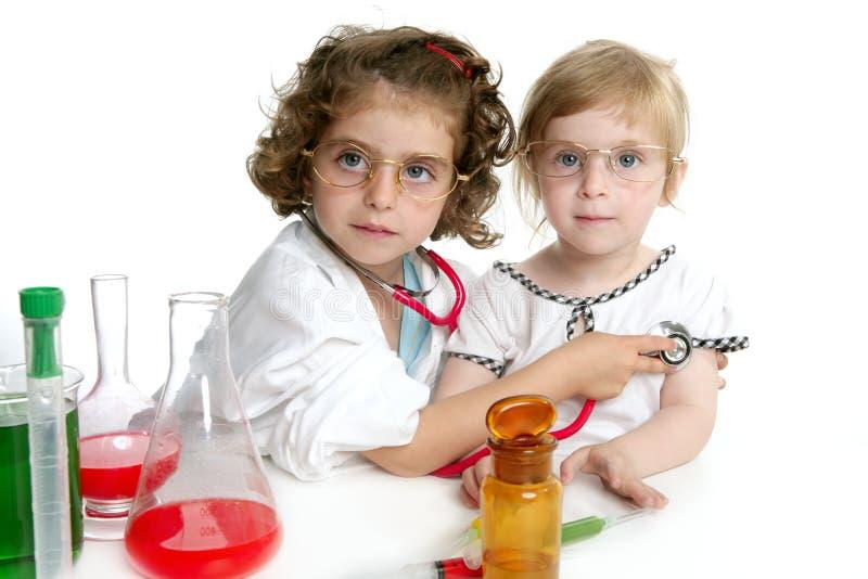 是医生假装的女孩实验室 库存图片
