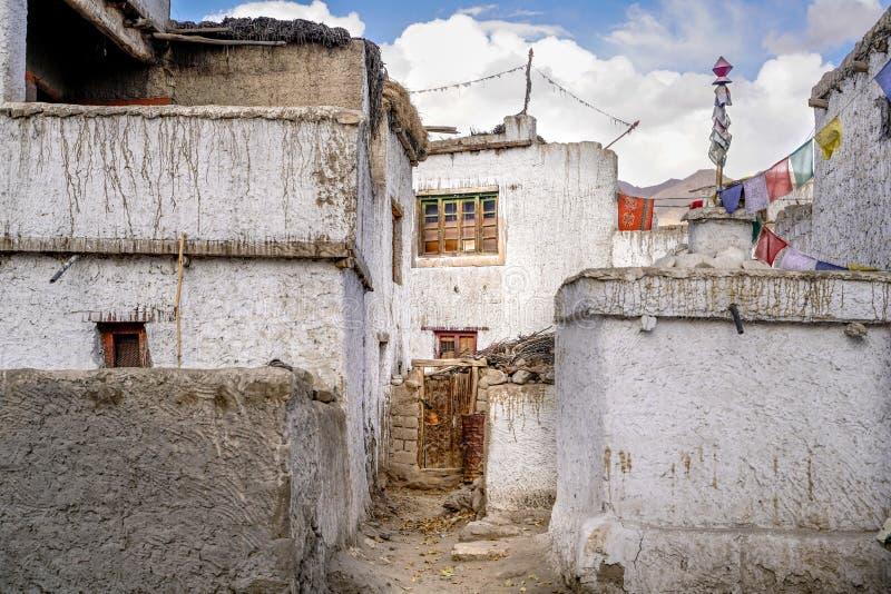 是在西藏样式的修造的印度镇Thiksey 免版税库存图片