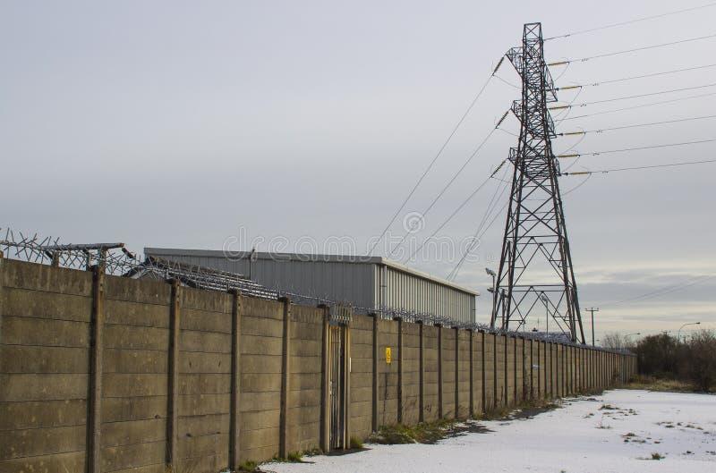 是地方栅格供应网络的一部分与高压电缆的一座高钢电定向塔 免版税库存照片