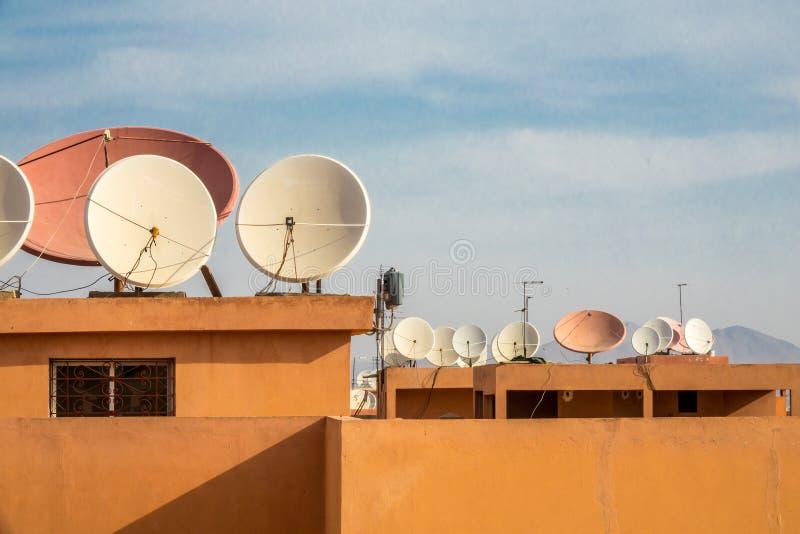 是壁角盘房子安装的卫星 免版税库存图片