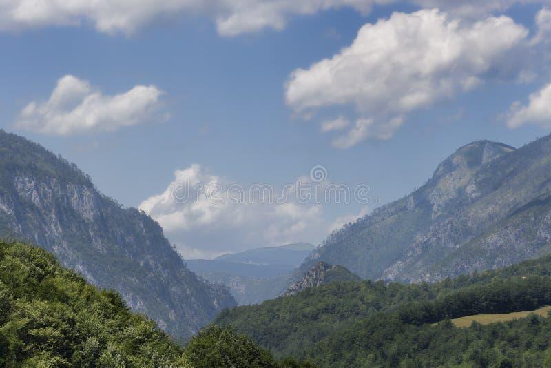 是大厦以后的山山风景 图库摄影