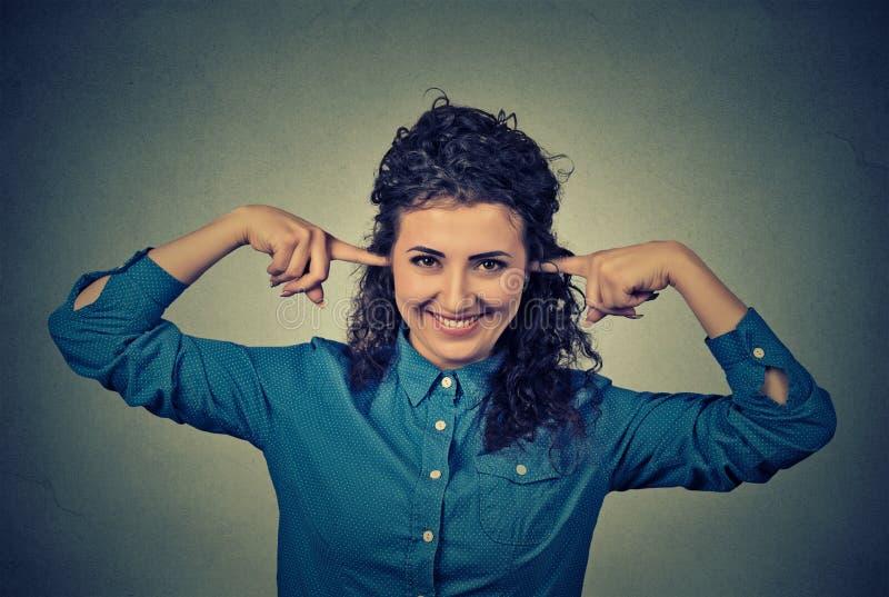 是微笑的妇女覆盖物的耳朵正面的 图库摄影