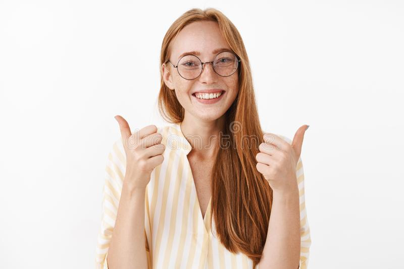 是我的答复 与逗人喜爱的雀斑的喜悦的愉快和热心创造性的红头发人女性红头发人在玻璃和黄色 免版税库存照片
