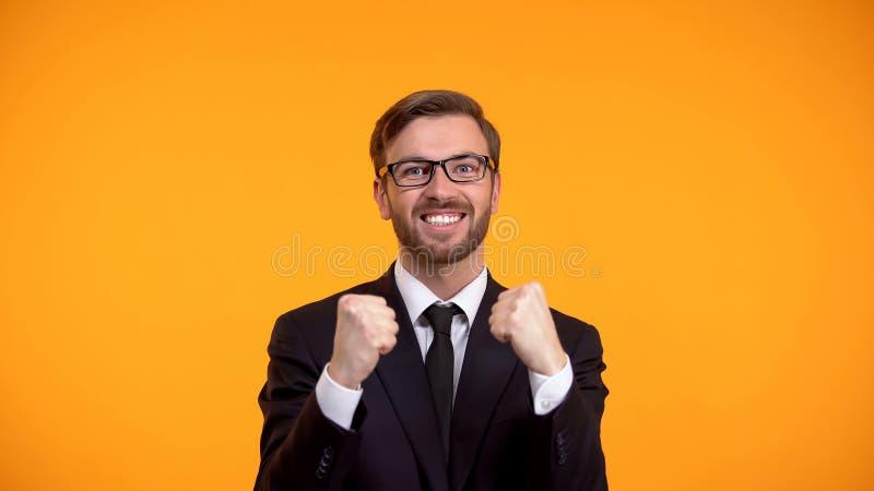 是显示姿态的愉快的商人,庆祝促进,就业 库存图片