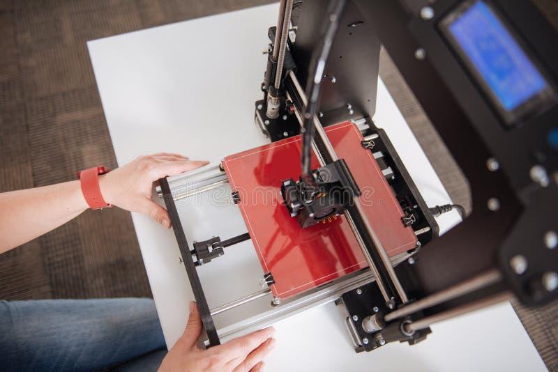 是现代专家3d的打印机在使用中的 库存照片