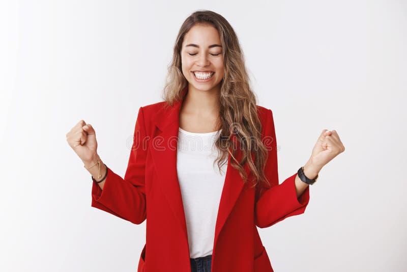 是甜口味成功胜利 画象激发欣慰庆祝爆发的愉快的悦目女性企业家 库存图片