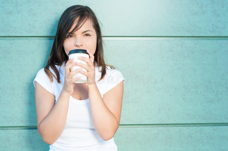 是的女孩喝新鲜的咖啡和梦想的 库存图片