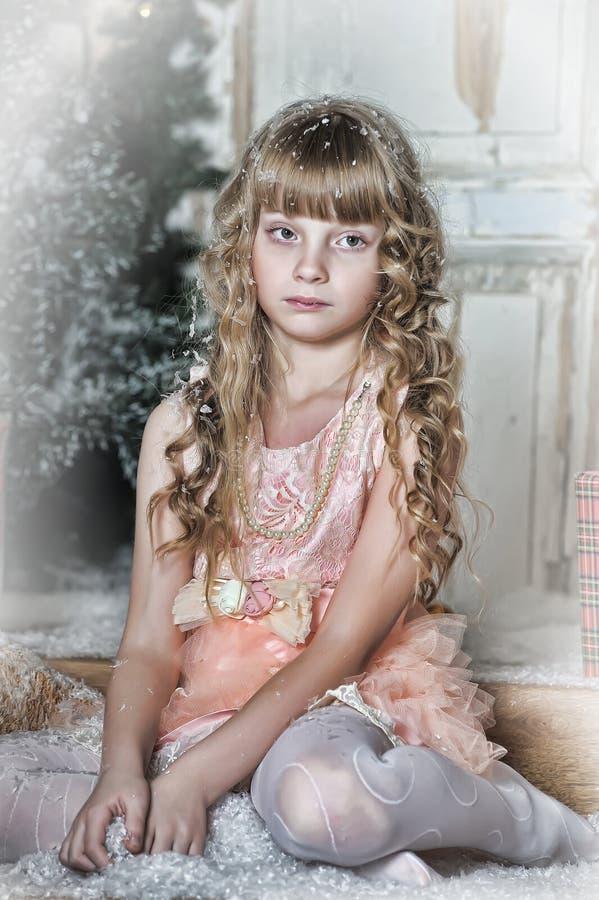 是的小女孩愉快的关于圣诞节礼物 库存照片