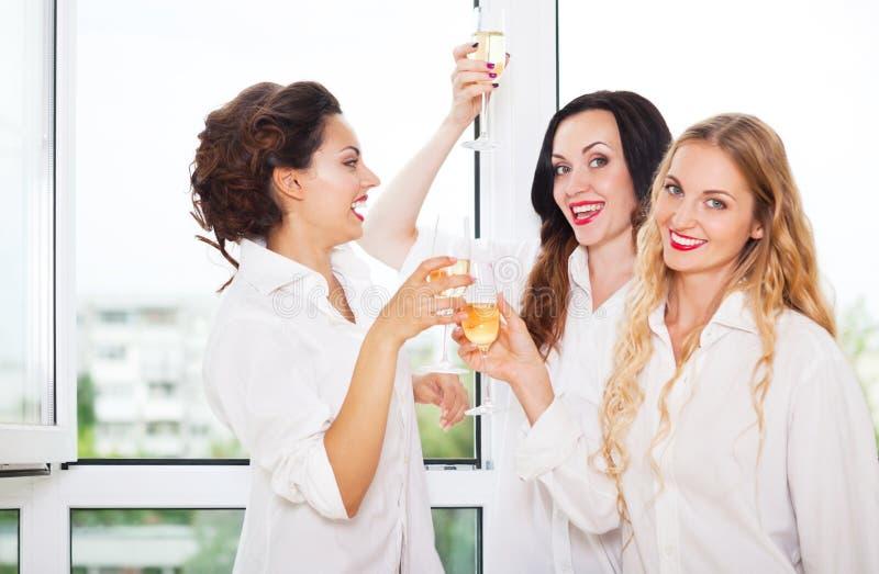 是的新娘和bridemaids对负玻璃用香槟 免版税库存图片