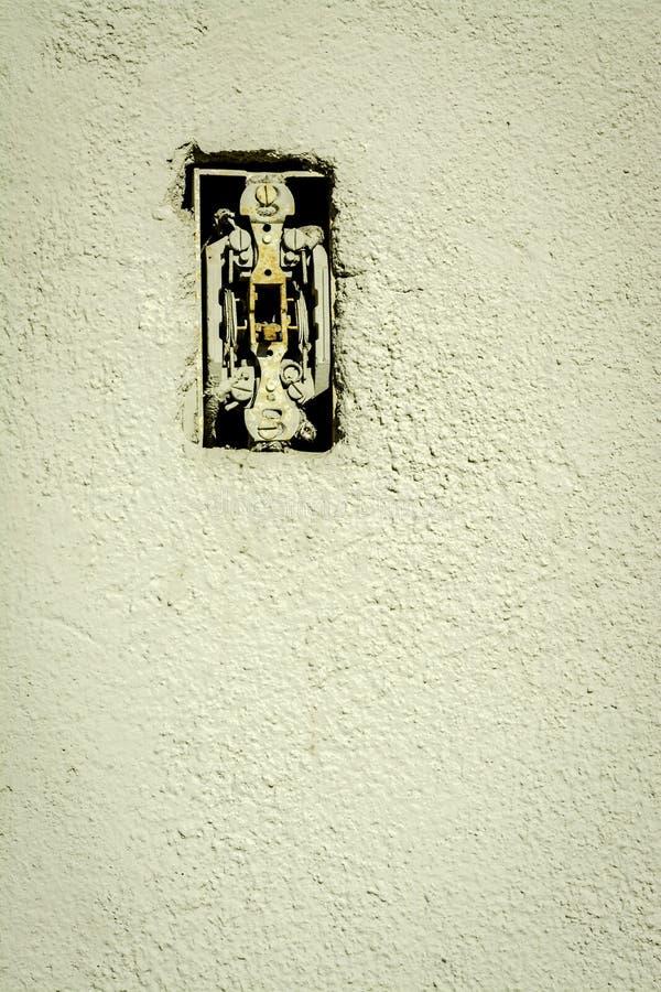 是的老生锈的灯开关打破了 图库摄影