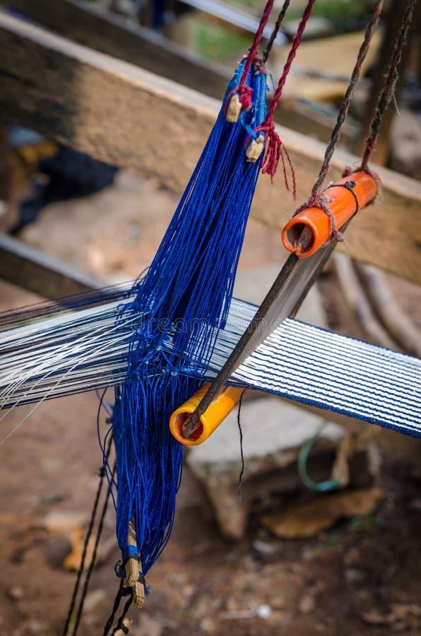 是的衣物的传统白色和蓝色布料在象牙海岸,西非的手织的外部 免版税库存图片