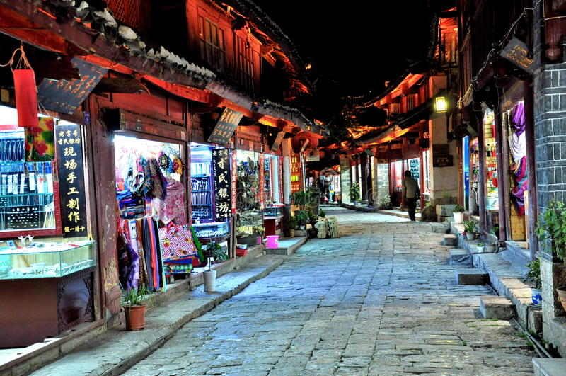Download Lijiang老镇 图库摄影片. 图片 包括有 自治权, 安静, 天空, 自然, 平安, 晚上, 和平, 横向 - 30336722