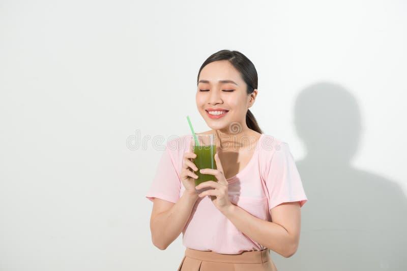是绿色回收 享用健康未加工的果菜类汁的年轻美丽的妇女 美丽的夫妇跳舞射击工作室妇女年轻人 免版税图库摄影