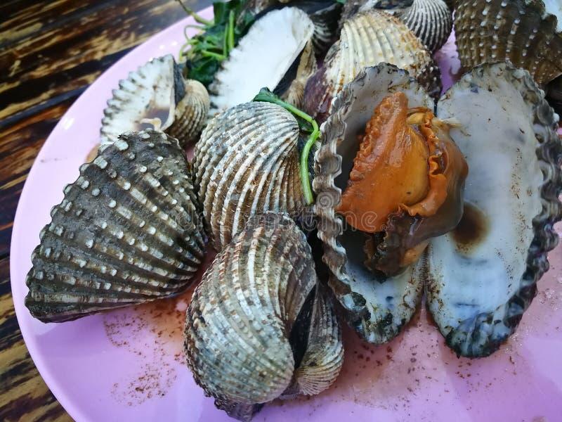 是著名的泰国街食物的Steamed变白了蛤蜊用调味汁和辣调味汁 图库摄影