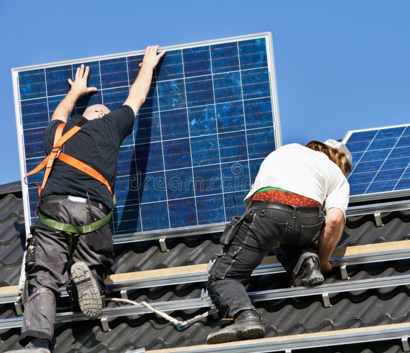 是被挂接的面板顶房顶太阳 免版税图库摄影