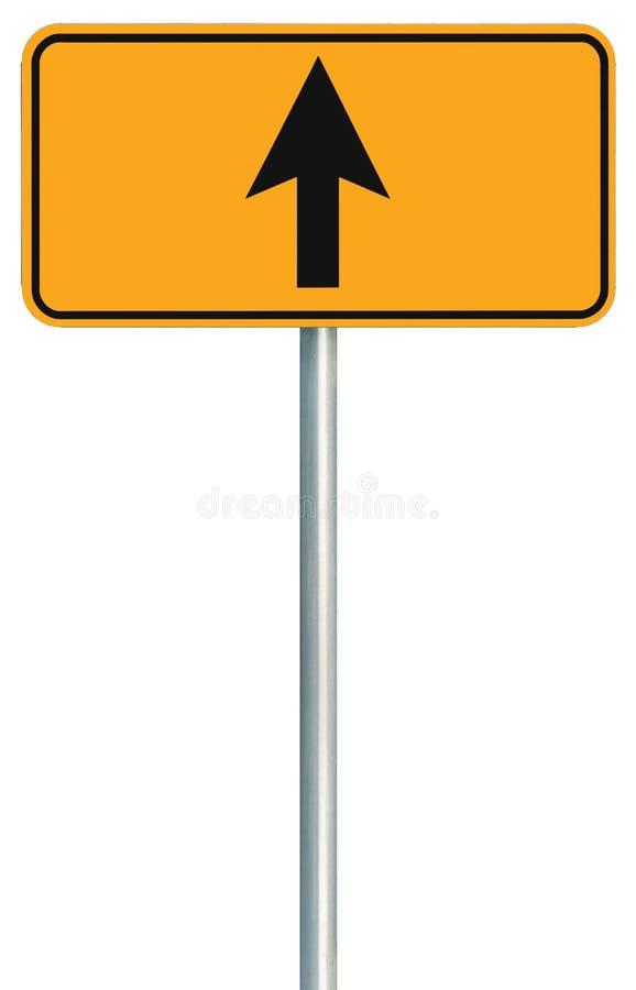 是直直往前的路线路标,黄色被隔绝的路旁交通标志,仅这方式方向尖,黑箭头框架 图库摄影