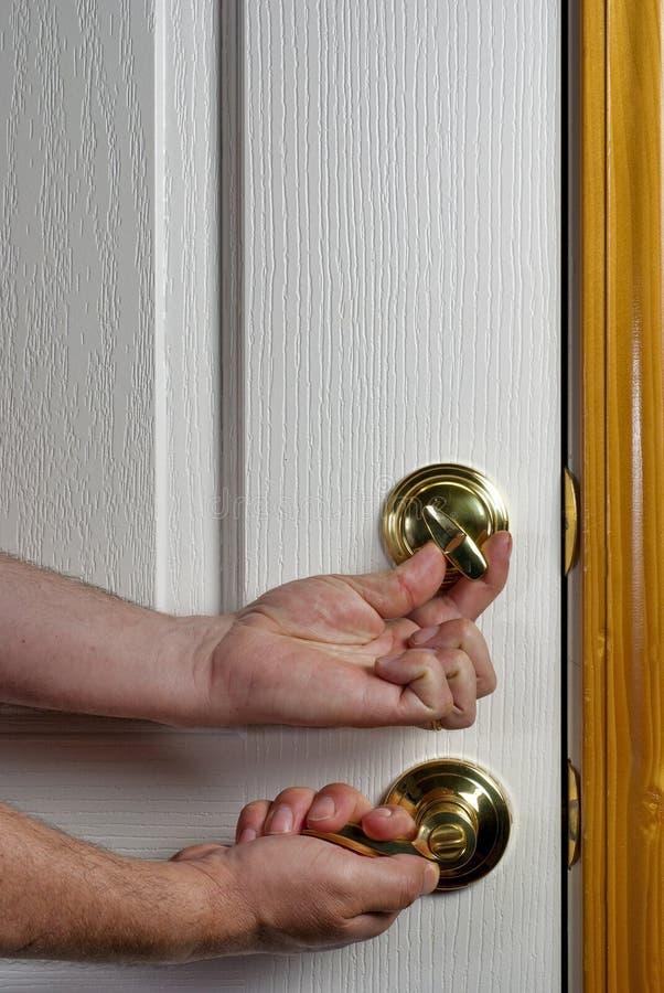 是deadbolt被锁定的门前面 免版税库存图片