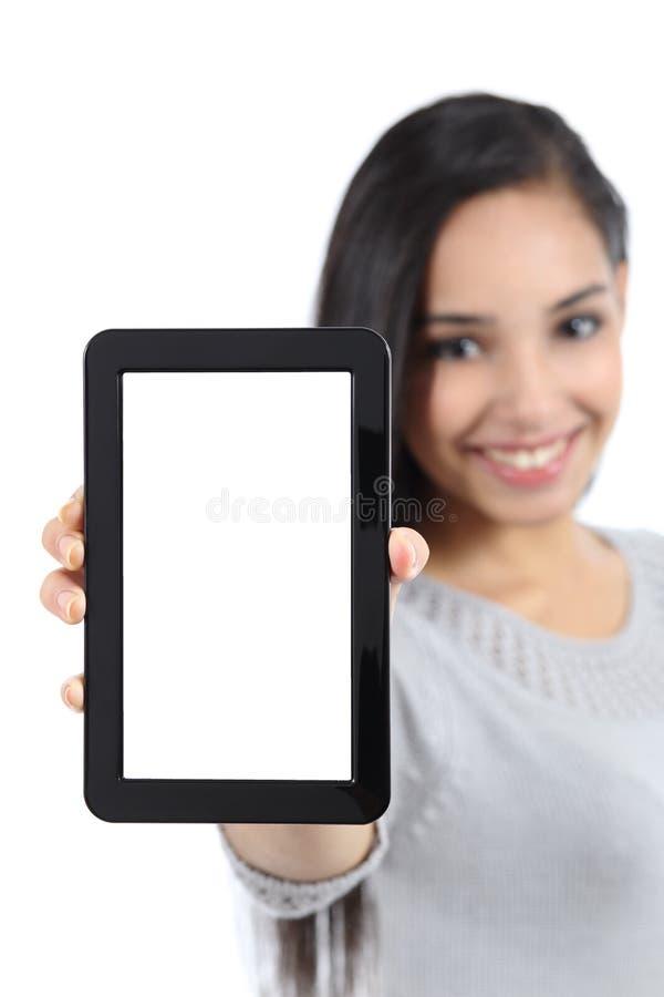 显示一个空白的垂直的片剂屏幕的俏丽的妇女被隔绝 免版税库存照片
