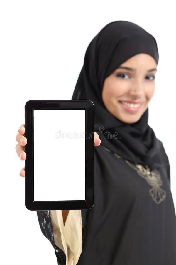 显示一个空白的垂直的片剂屏幕的美丽的阿拉伯妇女被隔绝 库存照片