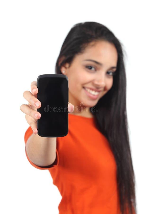 显示一个空白的智能手机屏幕的美丽的偶然回教妇女 免版税库存图片