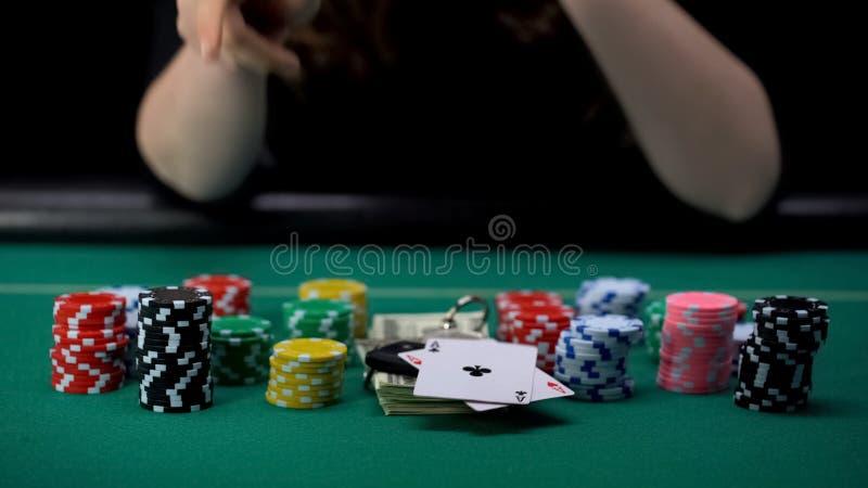 显示一点对和采取所有赌博娱乐场芯片和金钱,比赛优胜者的妇女 免版税库存图片