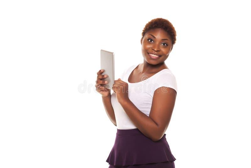 显示一种有触觉的片剂的非裔美国人的女商人, 库存图片