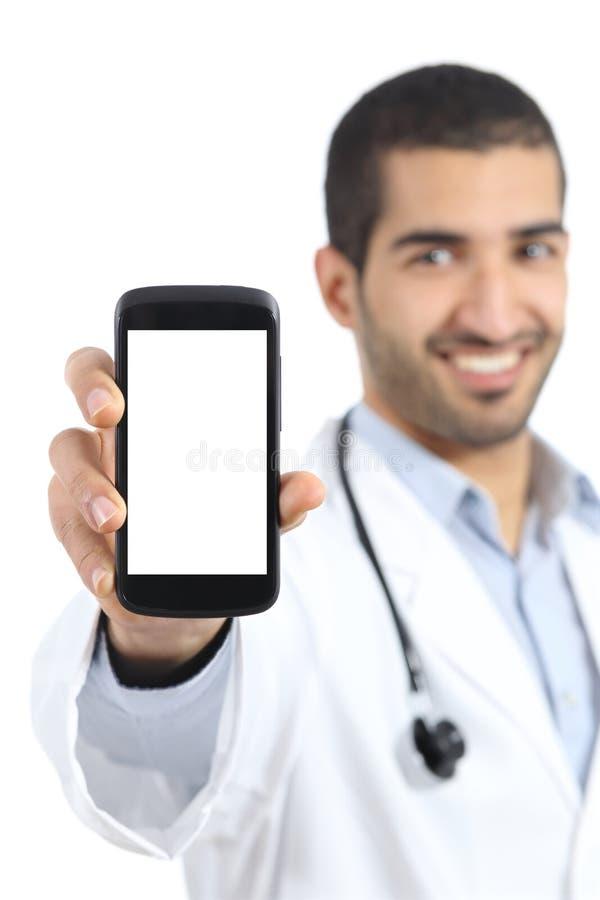 显示一种聪明的电话显示应用的阿拉伯医生人 库存图片