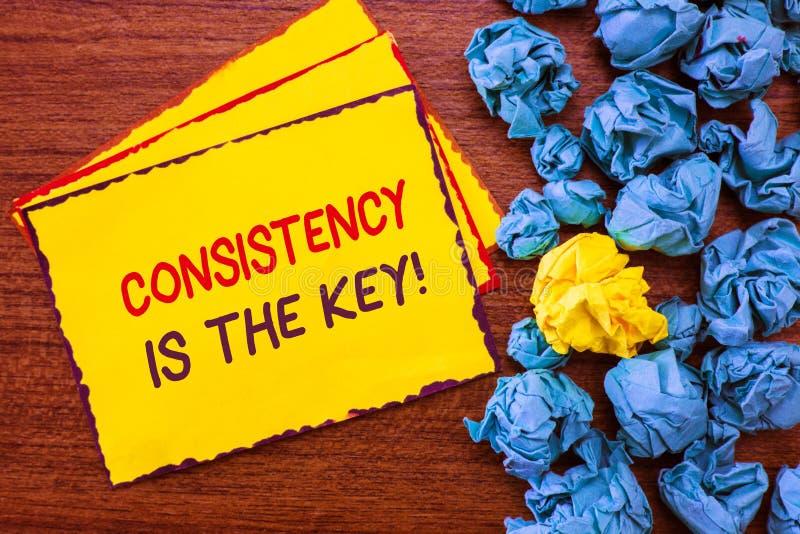 显示一贯性的文字笔记是钥匙 陈列充分的致力的企业照片对任务一个成习惯性过程 免版税库存图片
