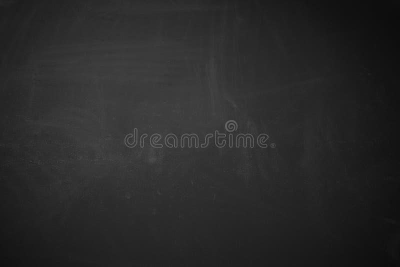 显示与删掉的白垩的黑背景表面无光泽的概略的木黑板纹理 免版税库存图片
