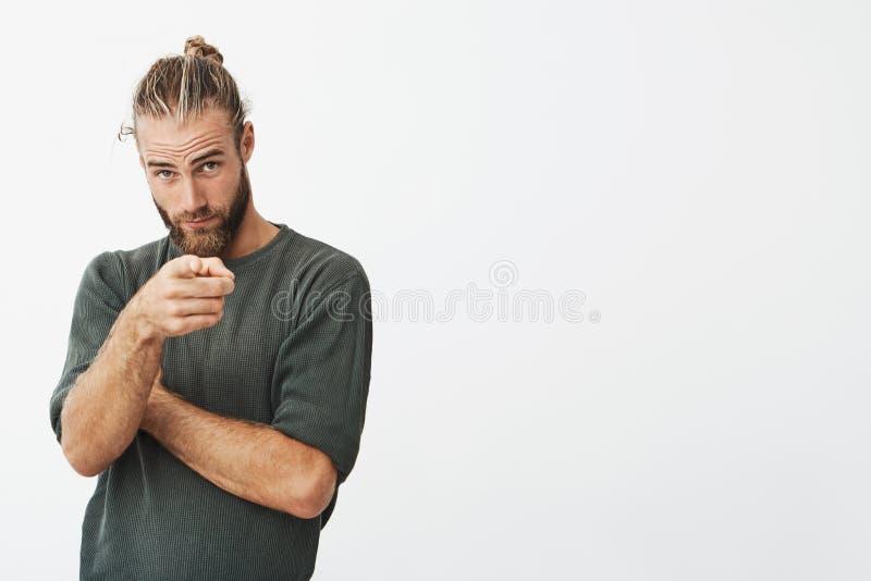 显示与在最感兴趣他为跟随的女孩的食指的式样铸件的英俊的男性设计师 库存图片