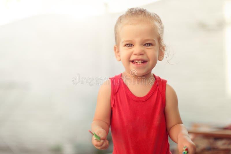 显示与大微笑,健康愉快的滑稽的微笑的面孔年轻可爱的lov的可爱的矮小的白种人女孩画象前牙 库存照片