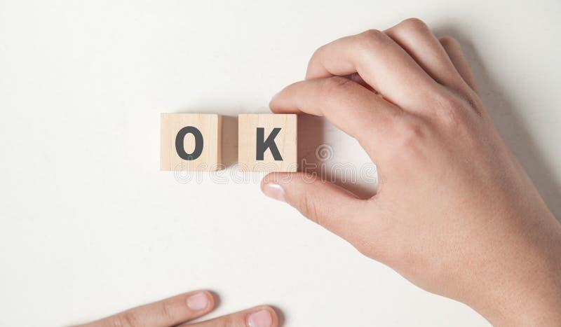 显示与词OK的手木立方体 免版税图库摄影