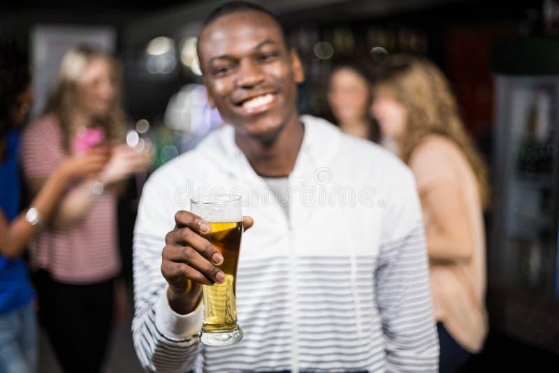 显示与他的朋友的微笑的人啤酒 免版税图库摄影