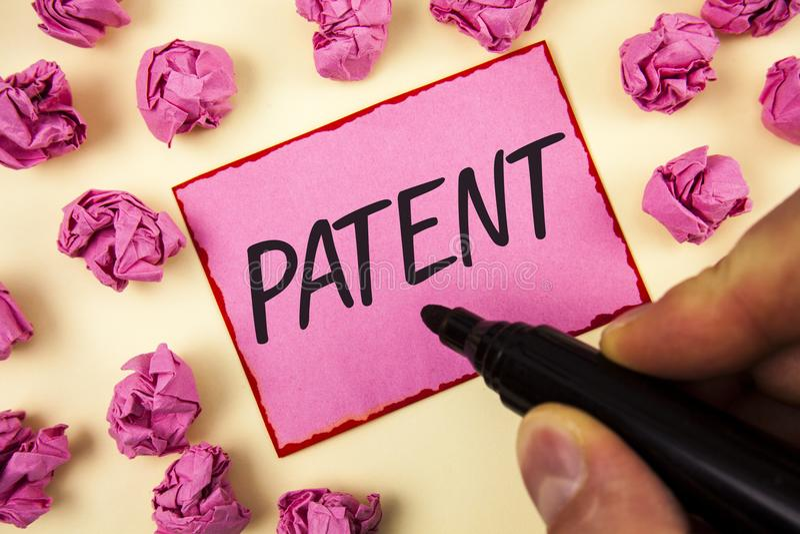 显示专利的文本标志 赋予权力为使用卖做人写的产品在稠粘的N的概念性照片执照 库存照片