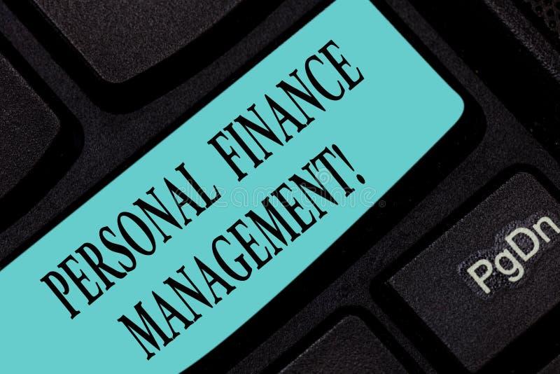 显示个人理财管理的文本标志 概念性照片analysisaging的收入、费用和投资键盘 库存照片