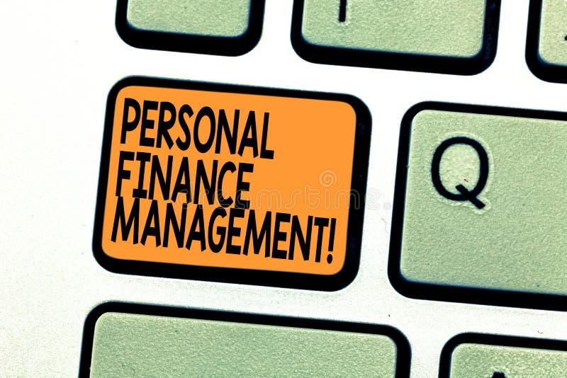 显示个人理财管理的文本标志 概念性照片analysisaging的收入、费用和投资键盘 免版税库存照片