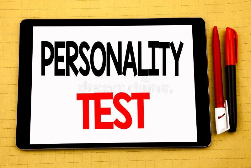显示个性测试态度评估的概念性手写文本说明启发企业概念写在tabl 库存照片