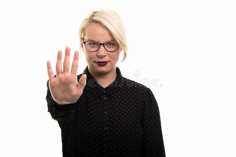 显示中止的年轻白肤金发的女老师佩带的玻璃打手势 免版税库存图片