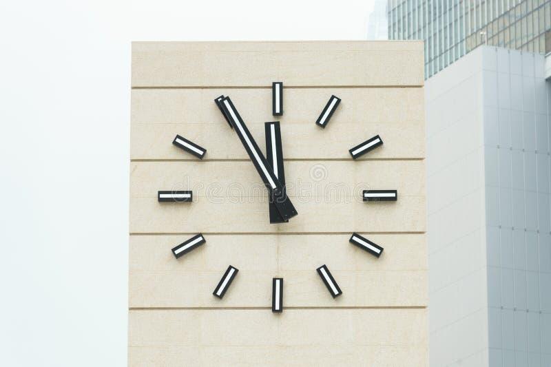 显示五分钟的减速火箭式闹钟到十二 库存照片