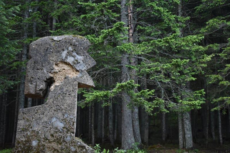 显示人头的肖象的凝灰岩石头纪念碑 免版税图库摄影