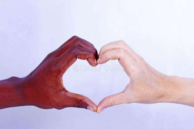 显示人种间爱,爱的手不认识颜色 库存图片
