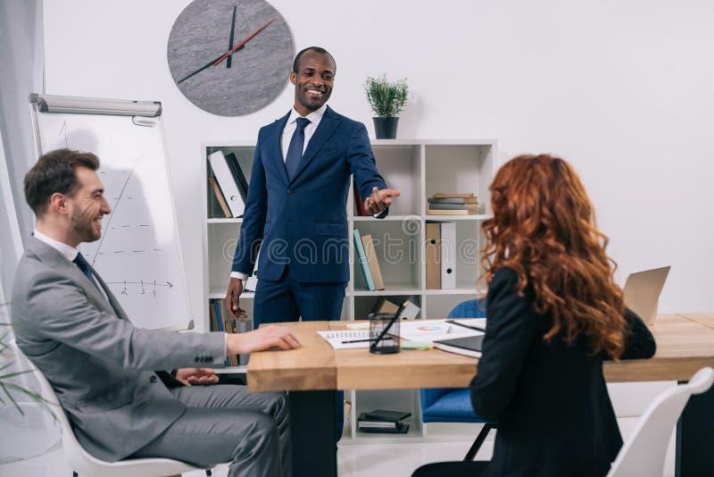 显示介绍的财政顾问对客户 库存图片