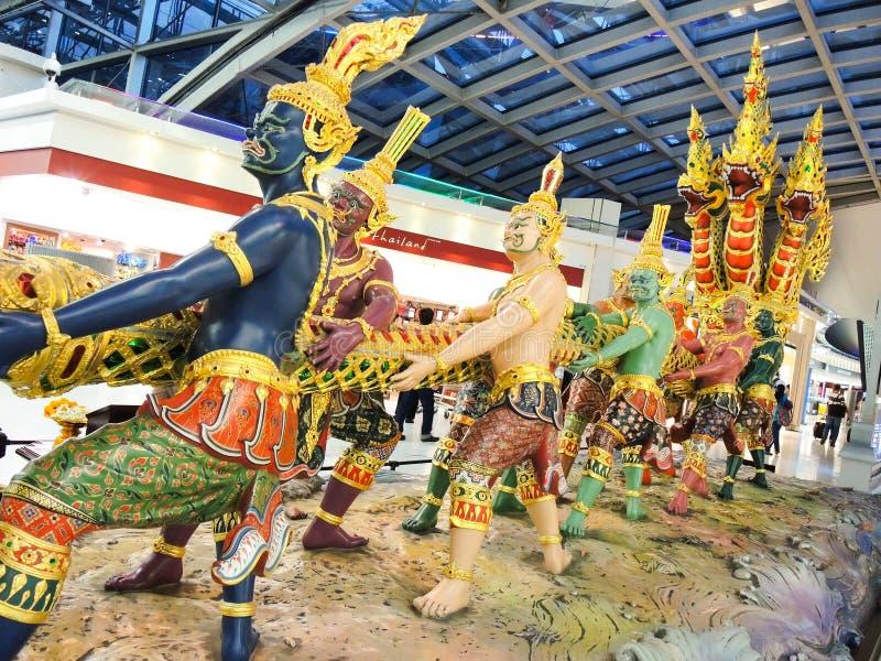 显示从印度史诗Ramayana字符的惊人的雕塑故事在素万那普机场 免版税库存图片