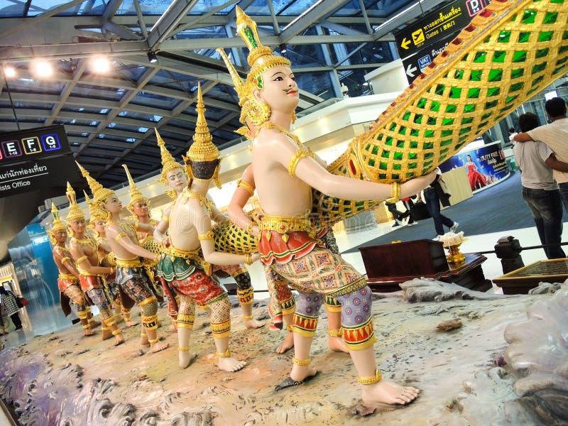 显示从印度史诗Ramayana字符的惊人的雕塑故事在素万那普机场 免版税图库摄影