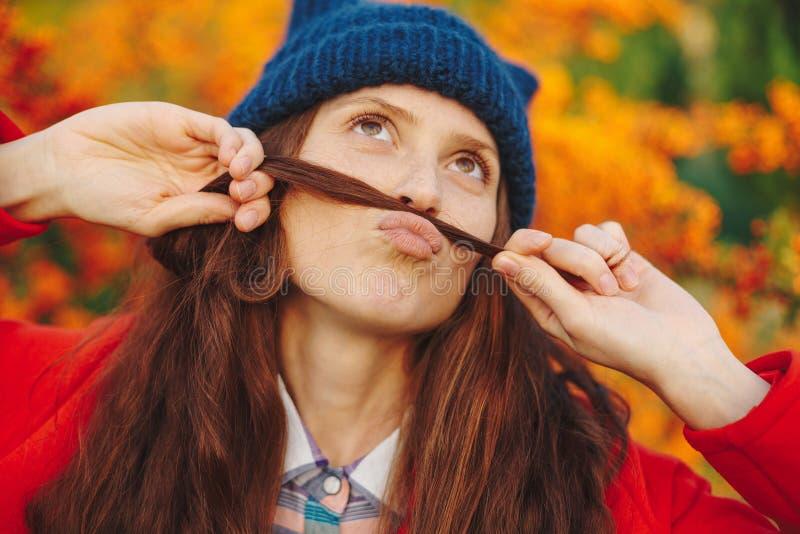 显示从她的头发的美丽的女孩髭 库存图片