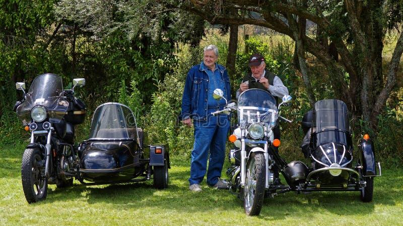 显示他们的摩托车和边车的两个更老的人在一个农业展示,新西兰 免版税库存照片