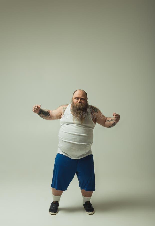 显示他的力量的厚实的有胡子的人 库存图片