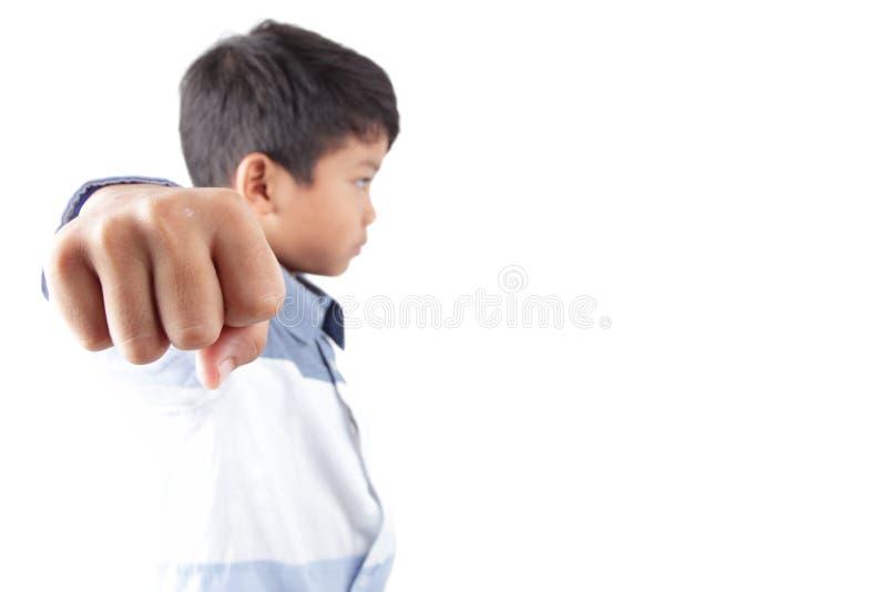 显示他的拳头的恼怒的亚洲孩子 免版税图库摄影