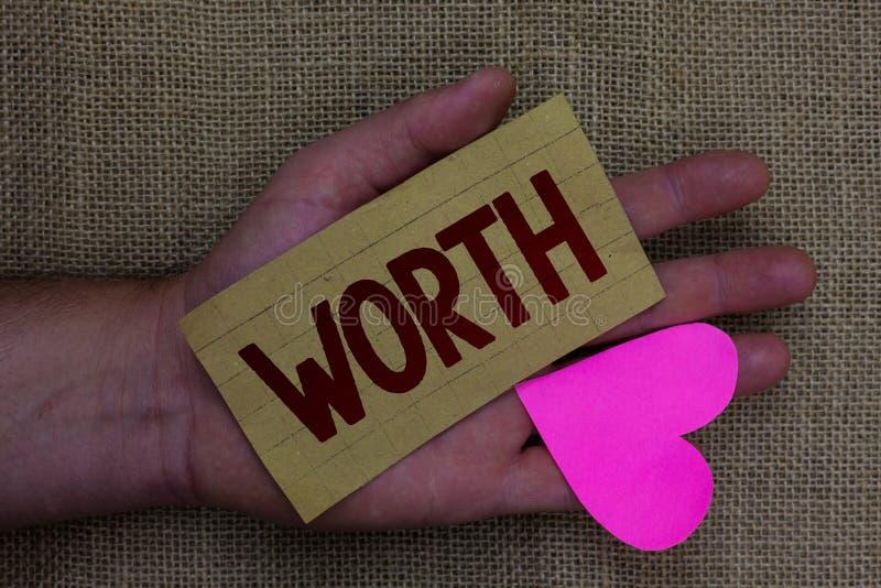 显示价值的文字笔记 个人和财政意义重要性木书刊上的图片的企业照片陈列的测量 免版税库存照片